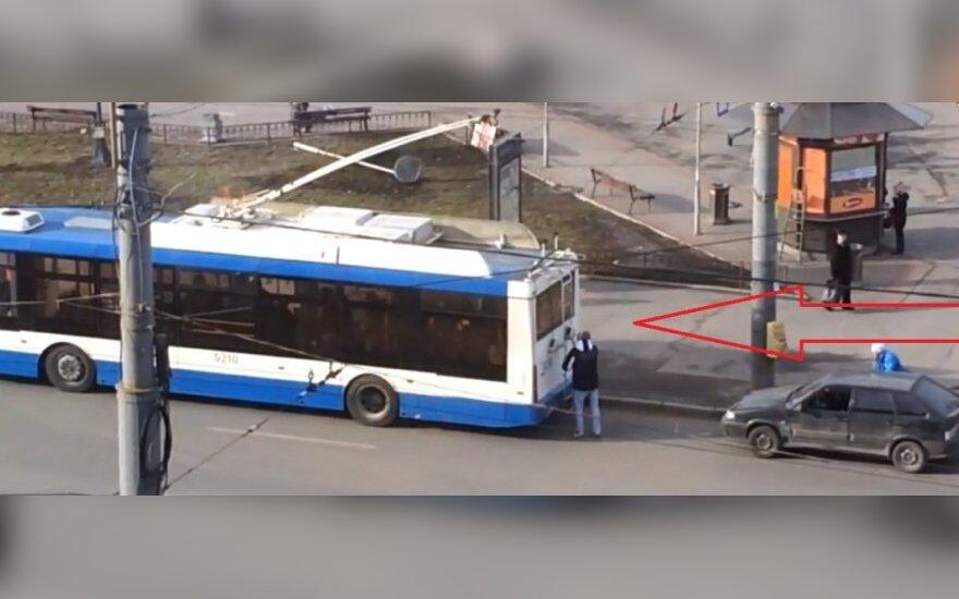 Doczepili się do trolejbusu