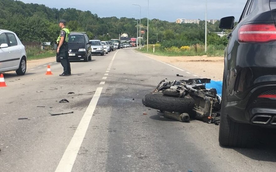 ФОТО: в Каунасе столкнулись два автомобиля и мотоцикл, мотоциклист погиб