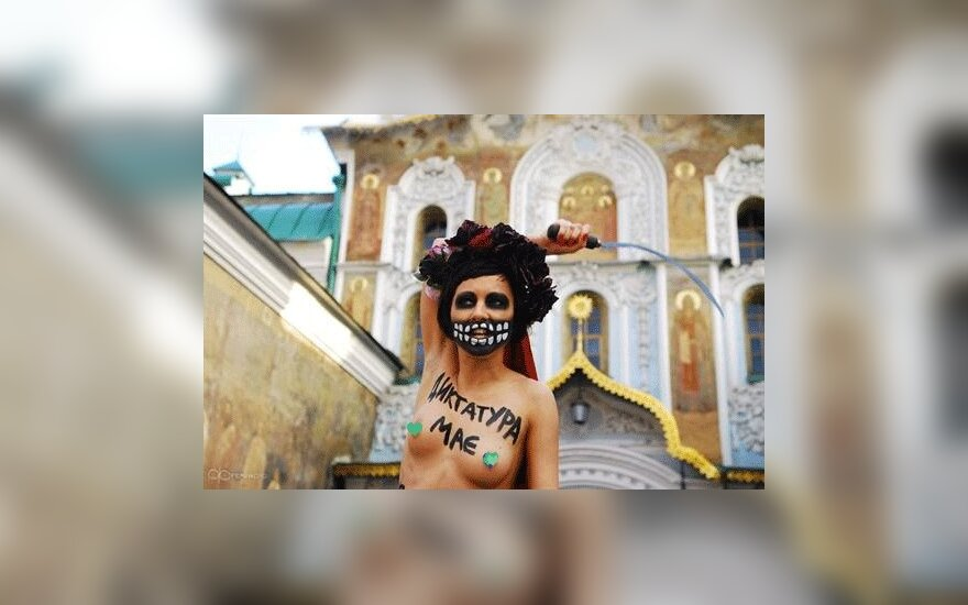 Девушка FEMEN устроила акцию под Киево-Печерской лаврой