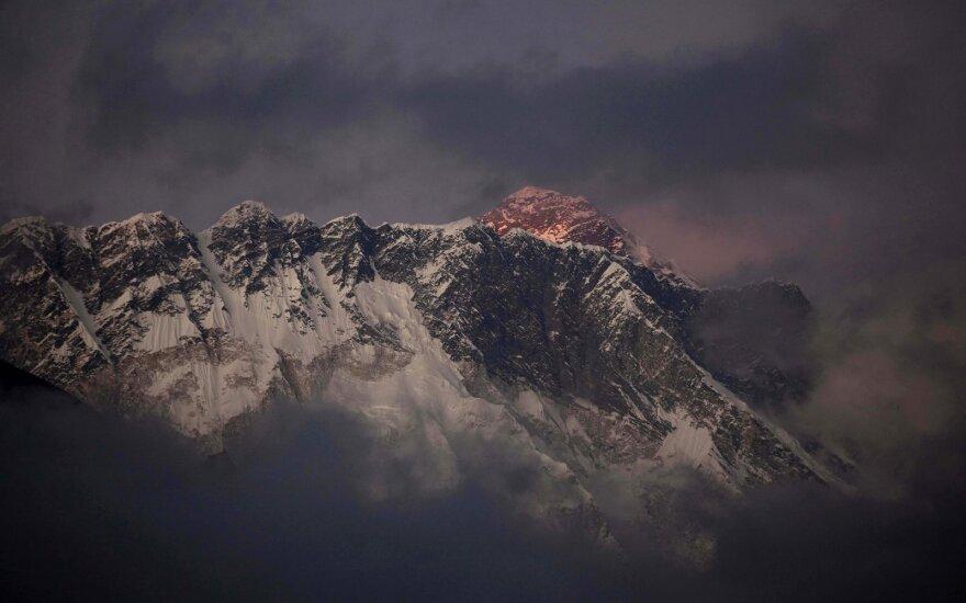 Альпинисты: отвесная скала у вершины Эвереста обрушилась