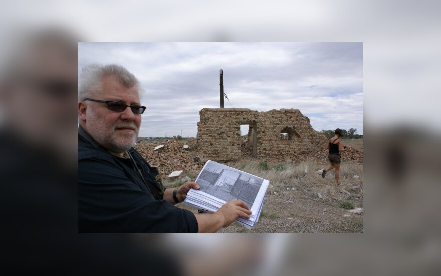 Algis Vyšniūnas prie Balchašo lagerio tvoros