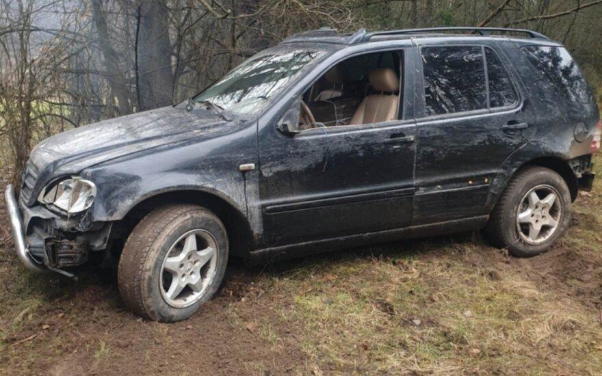 Контрабандист на Mercedes перелетел через ров, снес забор и врезался в дерево