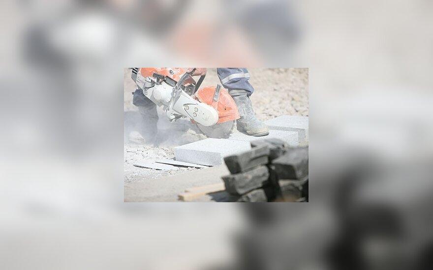 Darbininkas pjausto pliteles