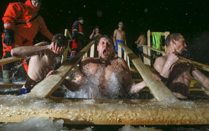Православные в России отмечают праздник Крещения купанием в проруби