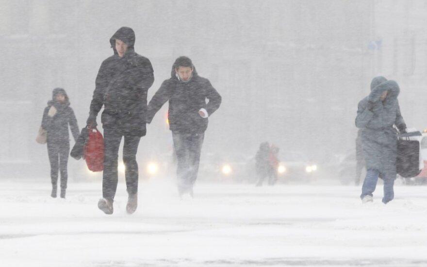 В подмосковном Дзержинском под тяжестью снега обрушилась крыша здания. Под завалами оказались люди