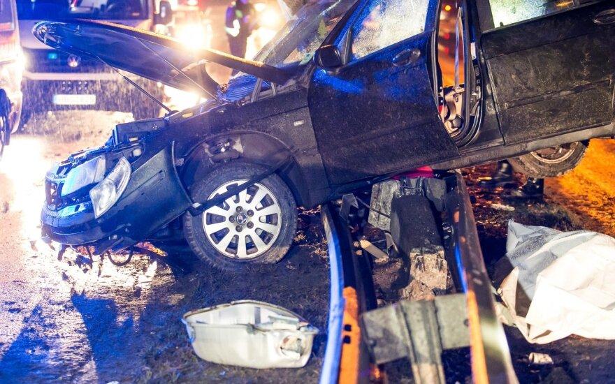 В Вильнюсе автомобиль снес столб, погибла пожилая женщина
