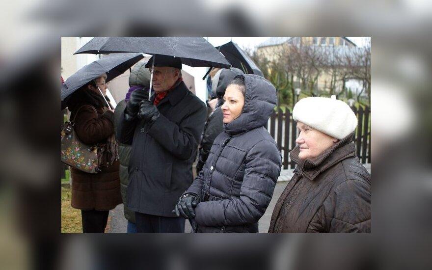 Grupė žmonių sekmadienį susirinko prie Kedžių ir Venckų namų