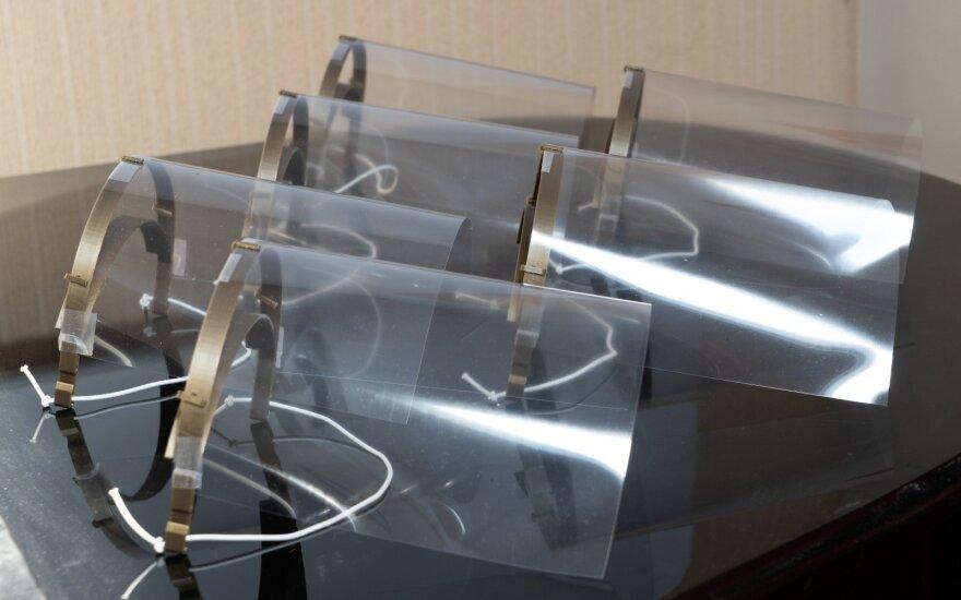 Apsauginiai skydeliai labai svarbūs su COVID-19 kovojantiems medikams.