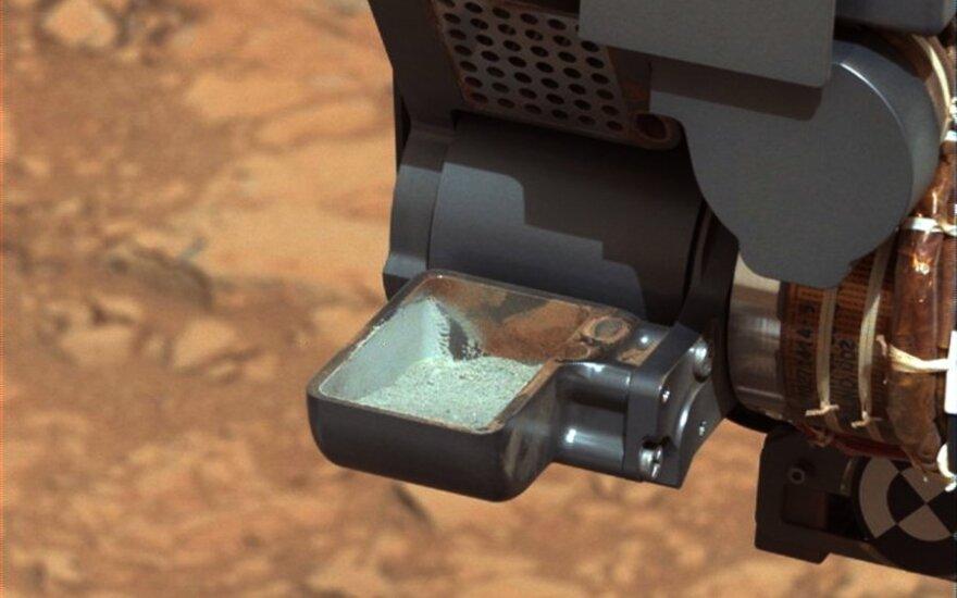 """""""Curiosity"""" zondas kastuvėliu pasėmė po Marso paviršiumi buvusių uolienų mėginį"""