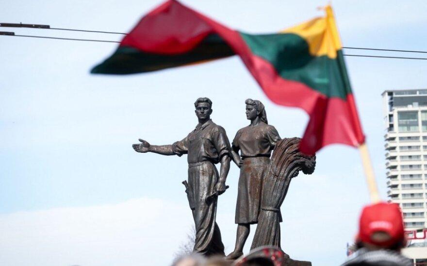 Symbole sowieckiego reżimu na razie pozostają na Zielonym moście