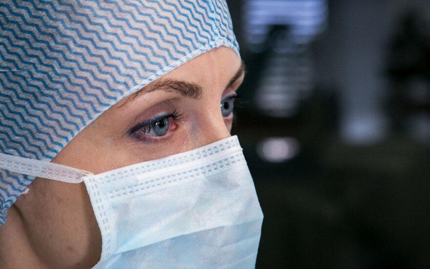 Коронавирус выявлен у 154 медиков в Литве, в изоляции – более 1200