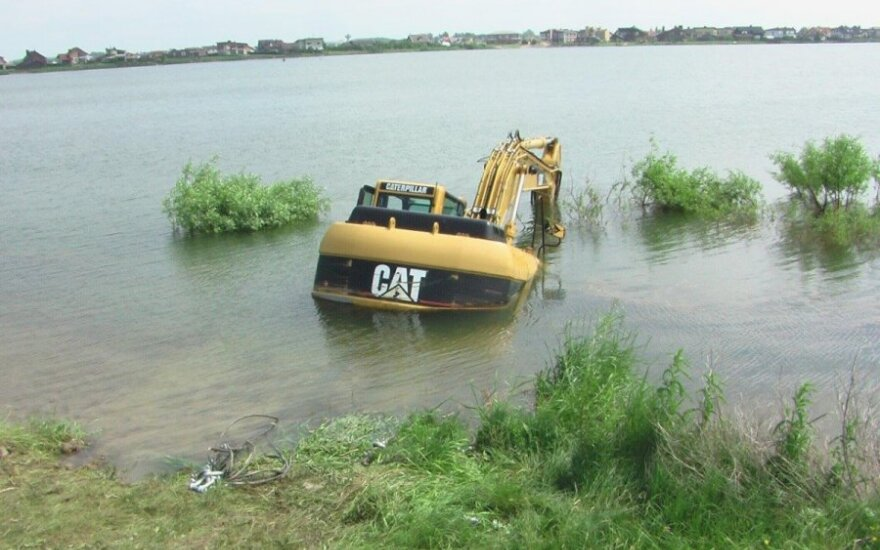 В Клайпедском районе утонул 24-тонный экскаватор