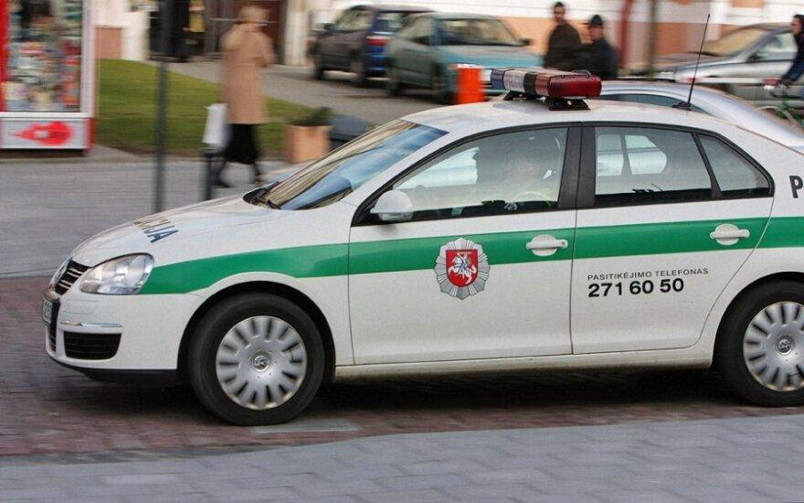 В Пасвальском районе молодой водитель врезался в полицейскую машину