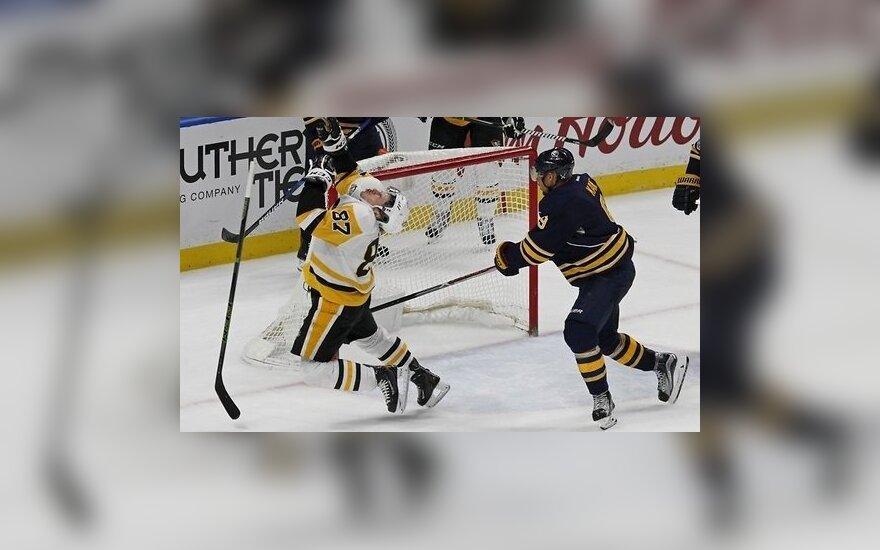 ВИДЕО: Кросби бьет соперника между ног и лишается двух зубов
