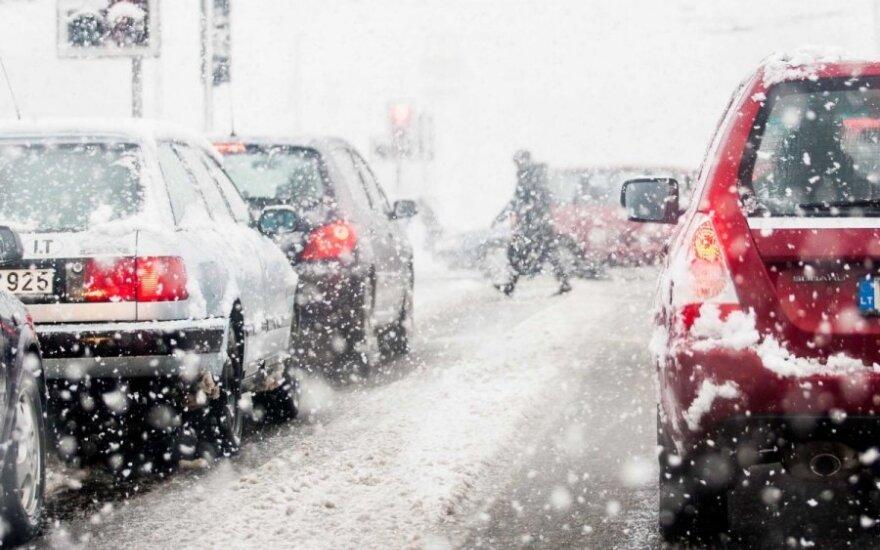Условия на дорогах осложняет снег