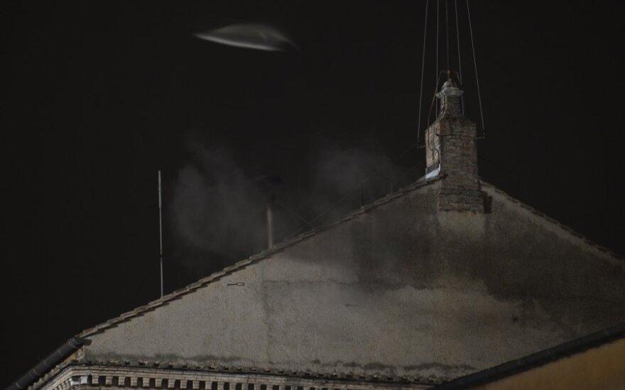 Juodi dūmai virš Siksto koplyčios