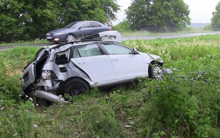 Автомобиль возле Паланги пролетел между деревьями, люди не пострадали