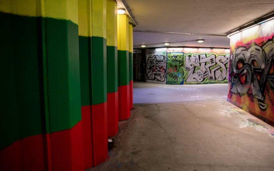 В Вильнюсе снова перекрашены стены в подземном переходе