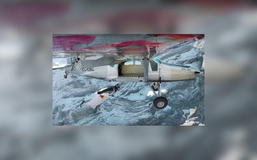 ВИДЕО: Экстремалы в вингсьютах влетели в самолет в стиле Джеймса Бонда