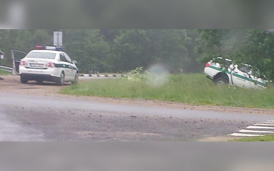 Полицейские спешили на место аварии и сами влетели в кювет