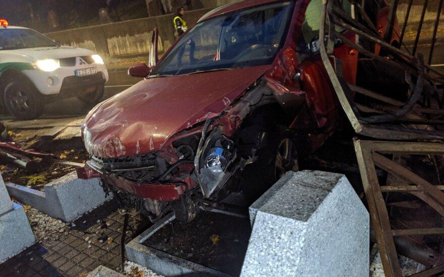 Водитель не справилась с управлением и снесла забор на кладбище Расу
