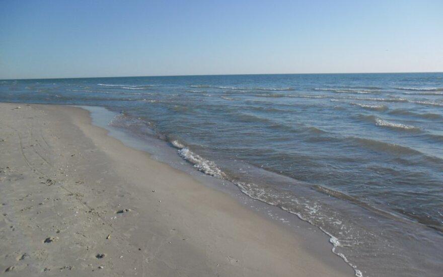 В Смильтине море выбросило на пляж бочку с неизвестной жидкостью