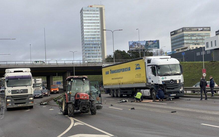 Огромный затор в Вильнюсе: тягач столкнулся с трактором
