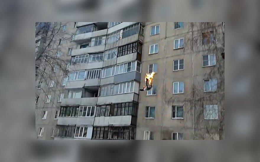 """Русские забавы: """"огненный"""" прыжок в снег с 9-го этажа"""
