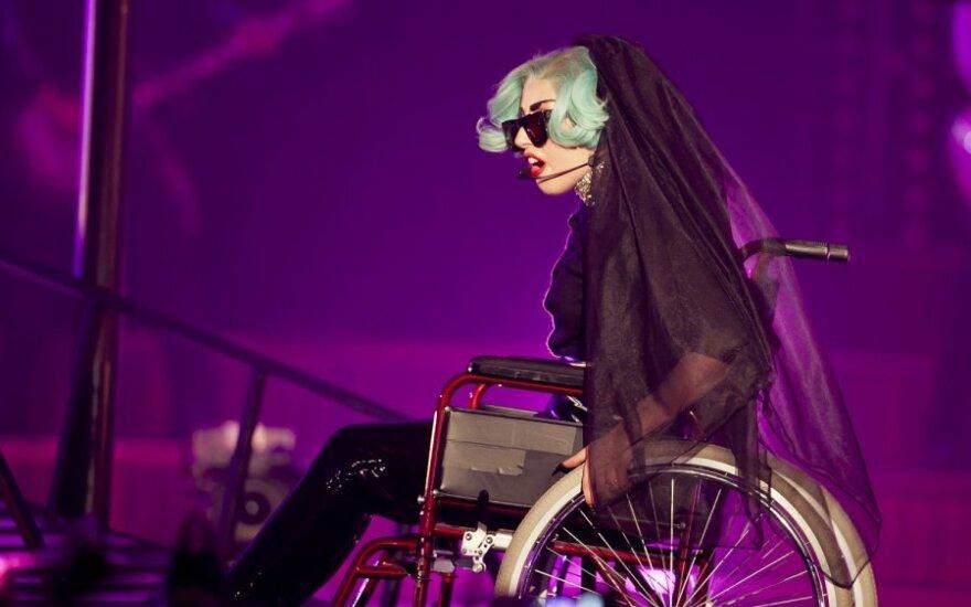Lady GaGa пересела в инвалидную коляску