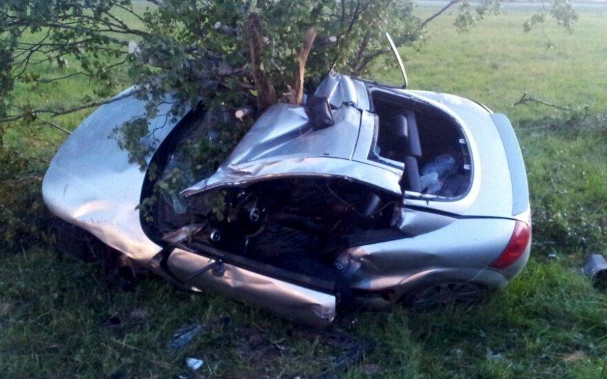 """Pakaunėje """"Audi TT"""" rėžėsi į medžius, jaunas vairuotojas žuvo"""