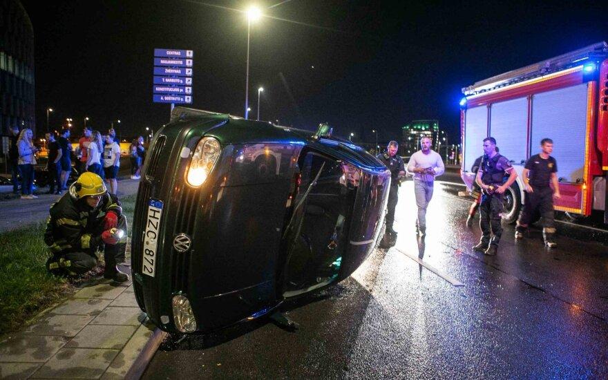 В Вильнюсе на кольцевом перекрестке перевернулся автомобиль