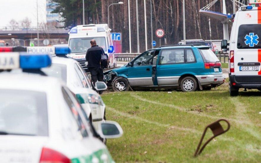 В Вильнюсе с дороги съехал Mitsubishi, водителя реанимируют на месте
