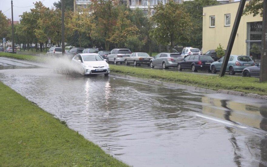 Нескончаемый дождь напоминает стихийное бедствие: в Паневежисе затоплены улицы