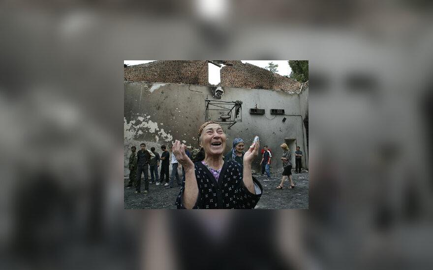 Moteris rauda Beslano mokyklos griuvėsiuose