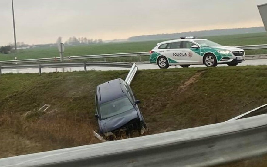На Паневежской объездной дороге автомобиль пьяного водителя врезался в заграждения