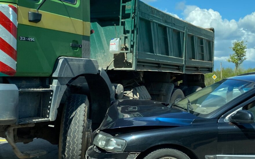 В Вильнюсе Volvo врезался в грузовик, пострадал водитель