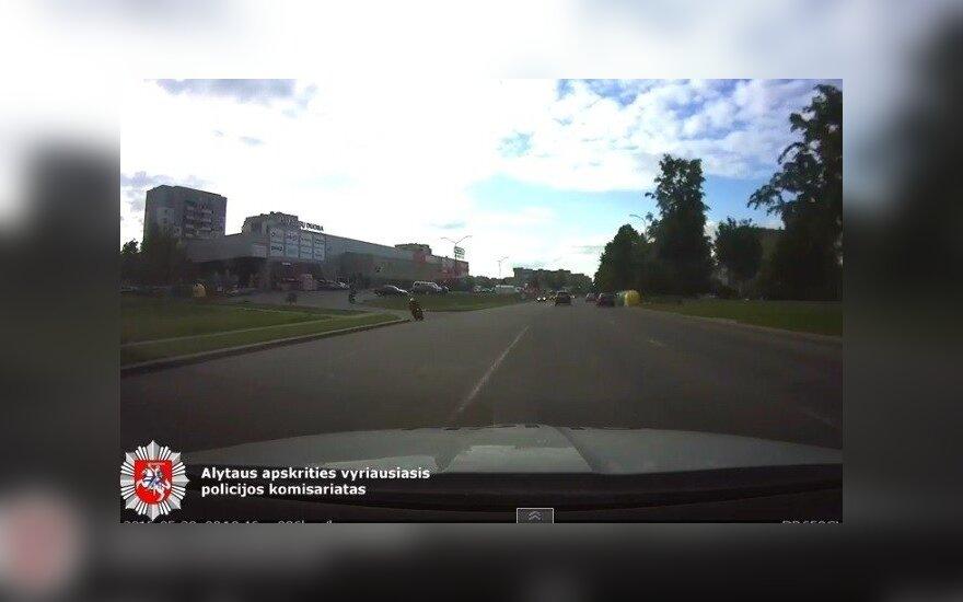 Nufilmuotos pavojingos motociklininkų gaudynės Alytaus gatvėmis