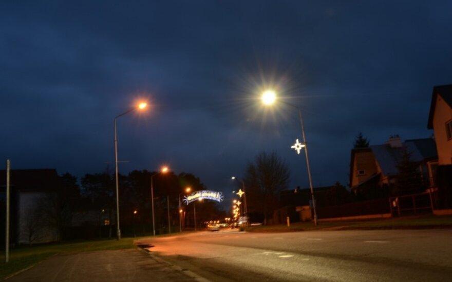 LED (dešinėje) ir natrio šviestuvai Birštone