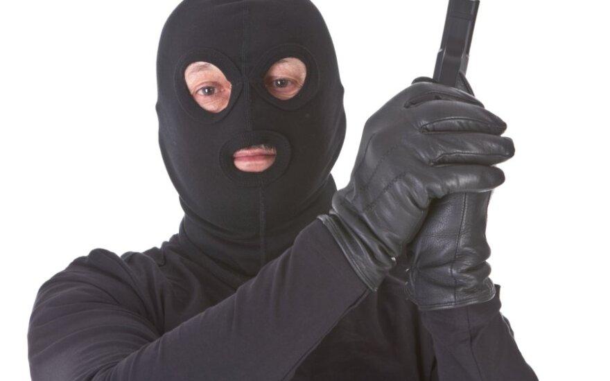 В Паланге вооруженные люди в масках ограбили магазин