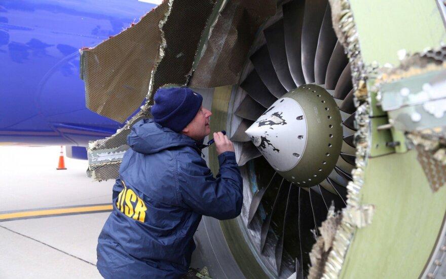 ФОТО: Двигатель пасажирского самолета взорвался в воздухе, один человек погиб