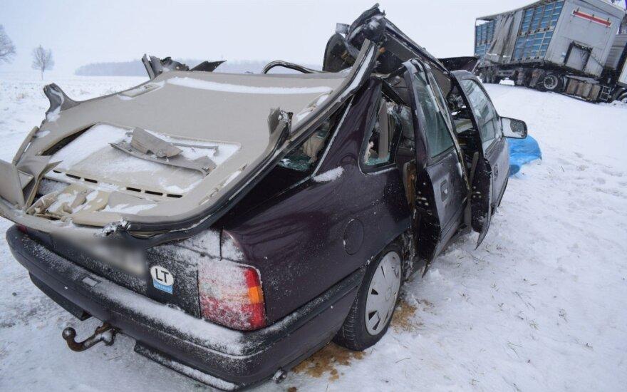 В Алитусском районе столкнулись грузовик и легковушка: мужчина погиб, женщина в коме
