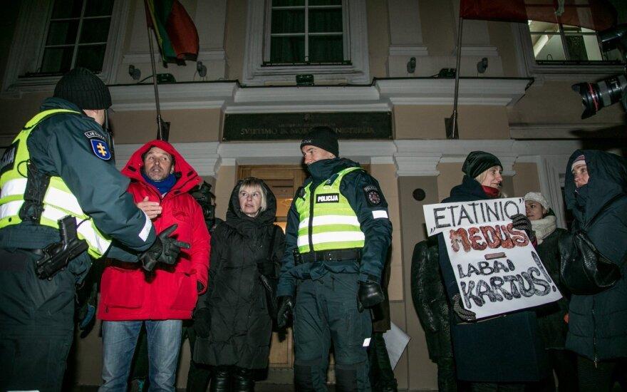 Подготовка к акции протеста в Вильнюсе: автобусы для участников и вооруженная полиция