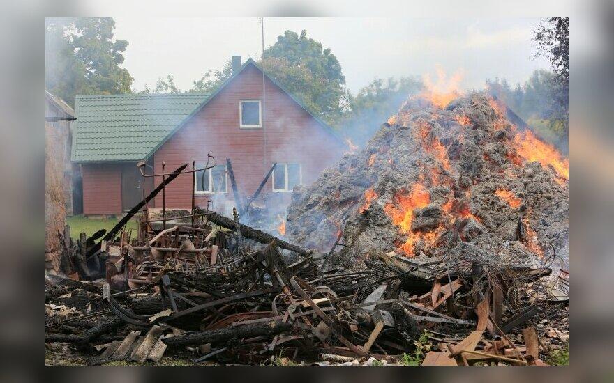 В фермерской усадьбе сгорел комбайн и хозпостройки