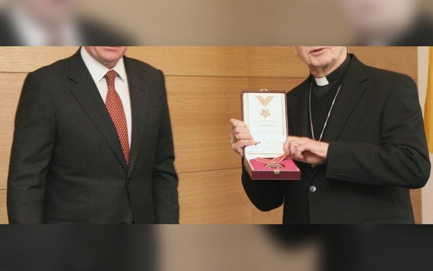 """Audronius Ažubalis """"Lietuvos diplomatijos žvaigždę"""" įteikė kardinolui Audriui Juozui Bačkiui"""