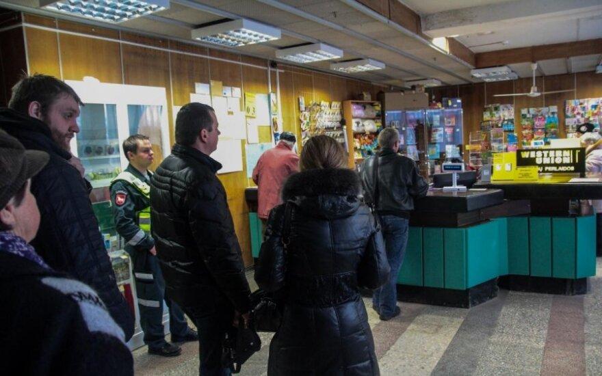 Люди стоят в очередях, чтобы обменять литы на евро