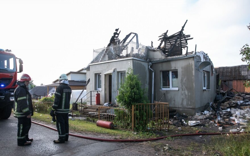 Минувшей ночью в Лентварисе взорвался дом, погиб человек