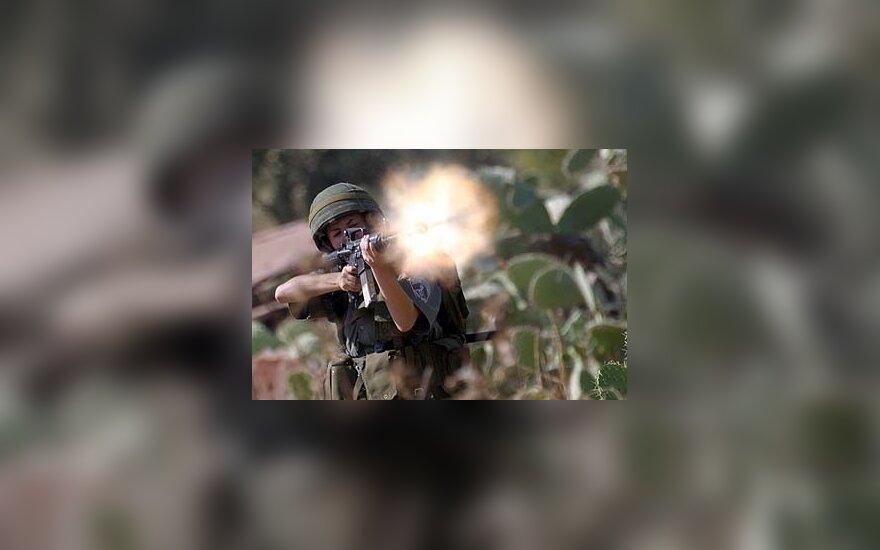 Izraelio kareivis šaudo Vakarų krante