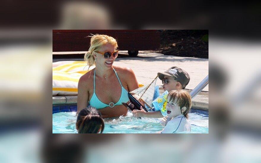 Бритни Спирс с сыновьями в бассейне