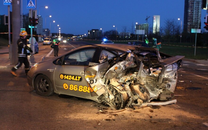Известный гонщик обратил внимание на такси, в которое врезался пьяный водитель