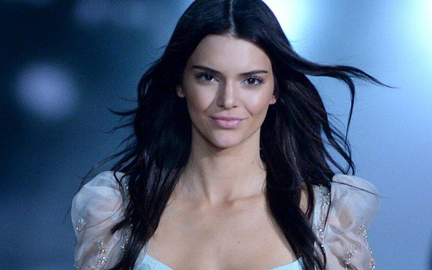 ВИДЕО: Сестра Ким Кардашьян разделась для рекламы Calvin Klein